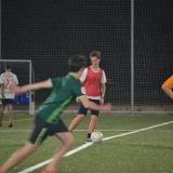 Partido de fútbol en césped artificial